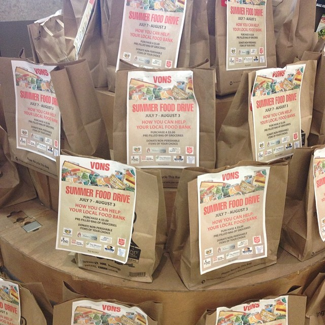 I'm usually a Trader Joes & Farmers Market shopper, but I ducked into a Vons for one ingredient today was was SO HAPPY to see these pre-packed $5 food drive bags! #willyoudonate #vons #fooddrive